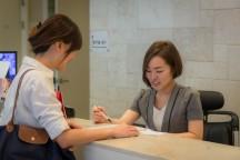 位于首尔明洞的梧桐堂美容中心,集住宿,美容,咖啡,观相于一体,提供全方位的服务体验。配图为客人正在登记