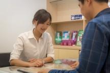 位于首尔明洞的梧桐堂美容中心,集住宿,美容,咖啡,观相于一体,提供全方位的服务体验。配图为客人正在选择服务项目