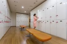 位于首尔明洞的梧桐堂美容中心,集住宿,美容,咖啡,观相于一体,提供全方位的服务体验。配图为更衣室