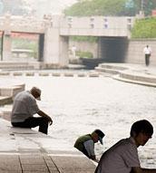清渓川で休む人々